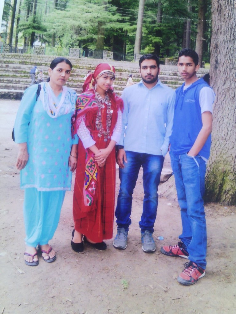 संगीत  अपनी  मां ,छोटे  भाई और  बहन के  साथ
